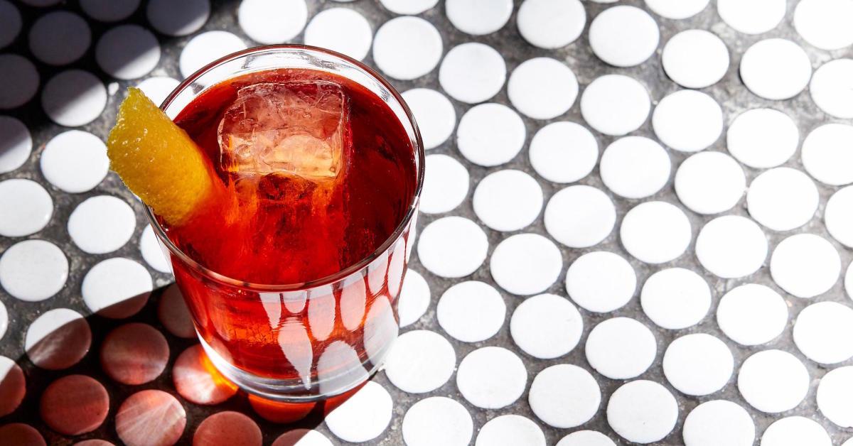 Negroni bestaat uit 3 gelijke delen gin, vermouth en campari