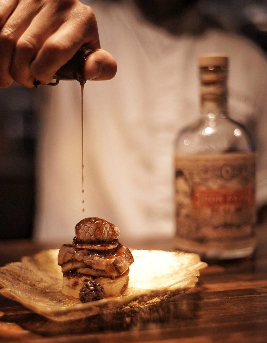 Broodpudding met Don Papa door Bobby Rust restaurant Envy, beeldcredits Albert van Beeck Calkoenn