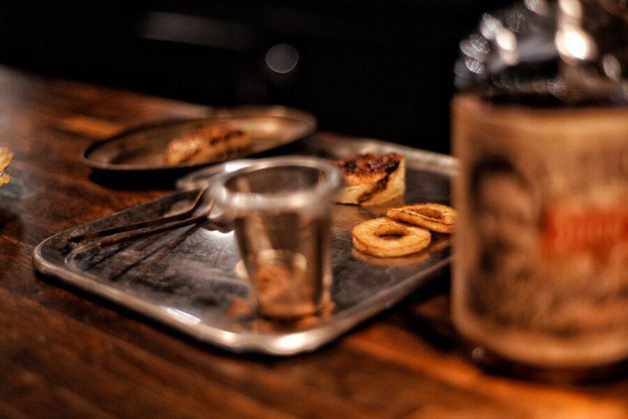 Broodpudding met Don Papa Rum door Bobby Rust restaurant Envy, beeldcredits Albert van Beeck Calkoenn
