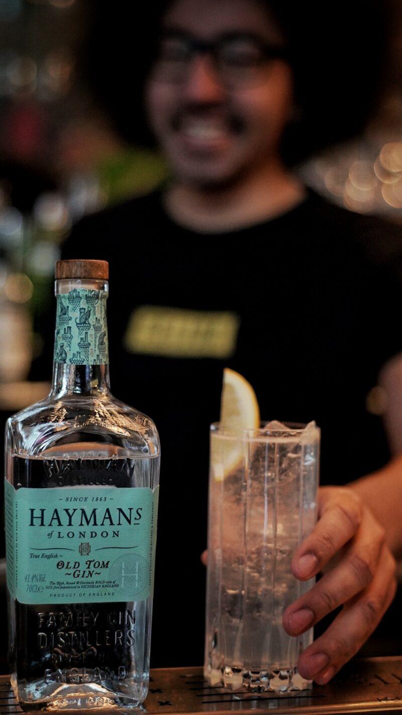Mounir Hamza in bar Feijoa met de Hayman's Tom Collins